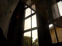 Låg vinkel till och med fönstret som ser himlen fotografering för bildbyråer
