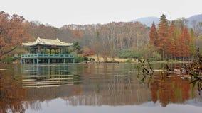 Låg-vinkeln sköt av Kines-stil paviljong på sjön Royaltyfri Bild