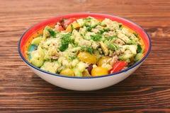 Låga carbs Tuna Avocado Salad i den glass bunken Arkivbild