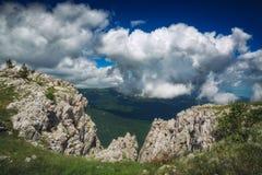 Låga dramatiska moln över bergdalen royaltyfri foto