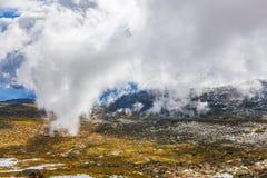 Låga fluffiga moln som stiger ned över snöig berg på monteringen Kosci Royaltyfria Bilder