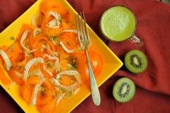 Låga kalorier bantar med ny, för strikt vegetarian rå sallad och fruktfruktsaft Royaltyfri Fotografi