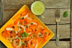 Låga kalorier bantar med ny, för strikt vegetarian rå sallad och fruktfruktsaft Royaltyfri Bild
