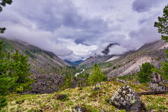 Låga moln över en bergdal arkivbilder