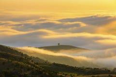 Låga moln gulnar kulört på soluppgång royaltyfria bilder