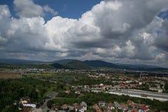 Låga moln och berg över slotten i Mukachevo Royaltyfria Bilder