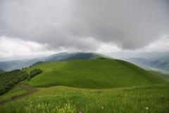 Låga over kullar för moln Royaltyfri Bild
