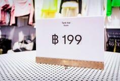 Lågprisetikett av 199 thailändska bahter för att bekläda i ett lager Arkivbild