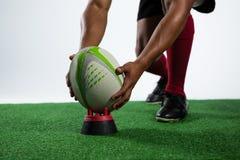 Lågt avsnitt av idrottsmannen som håller rugbybollen på utslagsplats fotografering för bildbyråer