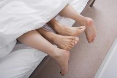 Lågt avsnitt av intima par i säng Arkivbilder