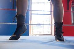 Lågt avsnitt av kvinnan i boxningsring Royaltyfri Bild