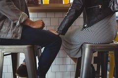 Lågt avsnitt av par på stol i kafé royaltyfri bild