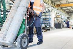 Lågt avsnitt av unga rörande gascylindrar för manuell arbetare i metallbransch Royaltyfria Bilder