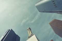 Lågt brett vinkelskott av skyskrapor, affärsbyggnader i downtownUSA Tappningbildstil, bakgrund för presentation arkivbild