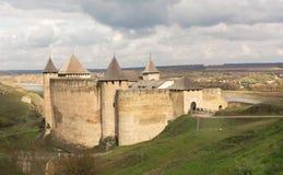 Lågt moln över den medeltida strukturen den Khotyn fästningen, Ukraina Slotten byggdes i det 14th århundradet Fotografering för Bildbyråer