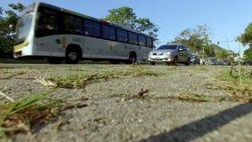 Lågt skott av bilen som passerar på stadsgatan i den Rio de Janeiro staden, Brasilien arkivfilmer