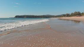 L?gt surrflyg ?ver v?gorna av den Agonda stranden Goa tillst?nd india arkivfilmer