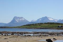 Lågvatten och berg Arkivfoton