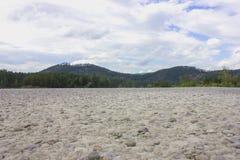 Lågvatten på den Katun floden 40 grader glaserar mer russia ruskiga siberia än Fotografering för Bildbyråer