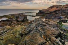 Lågvatten på den steniga New England kustlinjen Royaltyfri Bild