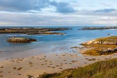 Lågvatten på havkusten under solnedgången, Norge Royaltyfria Bilder
