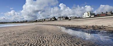 Lågvatten på Newbiggin-vid--havet Arkivfoton
