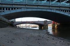 Lågvatten på Themsen royaltyfri foto