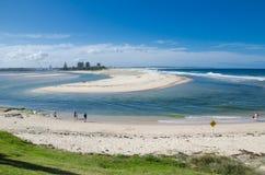 Lågvattenhavsstranden visar upp sand i mitt av fjärden den centrala kustregionen av New South Wales, Australien royaltyfria foton