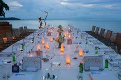 Lång aktivering för tabellbröllopmatställe på stranden Fotografering för Bildbyråer