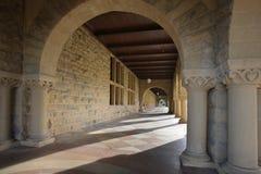 lång archieskorridor royaltyfri foto