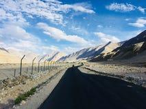 Lång bergväg med enorm sikt royaltyfri bild
