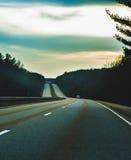 Lång blå huvudväg Royaltyfri Bild