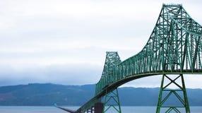Lång bro över bred mun av Columbia River i Astoria Royaltyfri Foto