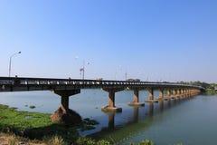 Lång bro över Mekonget River Royaltyfri Fotografi