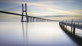 Lång bro över Tagus River i Lissabon på gryning Fotografering för Bildbyråer