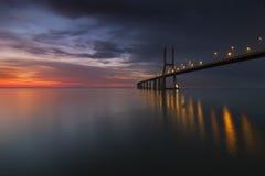 Lång bro över Tagus River i Lissabon på gryning Royaltyfri Foto