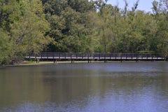 Lång bro över vattnet Arkivfoton