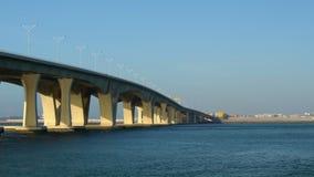 Lång bro för konkret väg över havet, liten vik, flod, vatten stock video