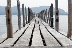 Lång bro i havet Arkivbilder