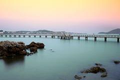 Lång bro i havet Arkivfoto