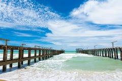 Lång bro på stranden Royaltyfri Fotografi