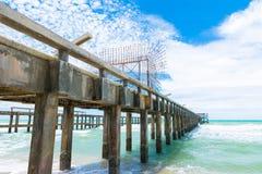 Lång bro på stranden Royaltyfria Foton