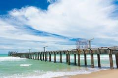 Lång bro på stranden Arkivbilder