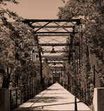 Lång bro som går fotografering för bildbyråer