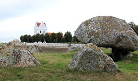 Lång dolmen och Skegrie kyrka i Sverige Royaltyfria Foton