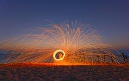 Lång exponering av brinnande stålull som roteras in i en sfär på Royaltyfri Foto