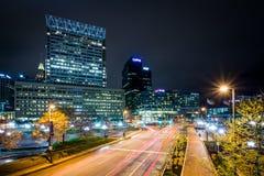 Lång exponering av byggnader och trafik på den ljusa gatan på natten, Royaltyfria Foton