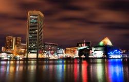 Lång exponering av den färgrika Baltimore horisonten på natten. Royaltyfri Fotografi
