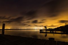 Lång exponering av den kvinnliga fotografen på sjön nära Valencia Fotografering för Bildbyråer
