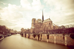 Notre Dame de Paris på en molnig dag arkivfoto